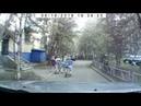 Может отойдешь уже Говорит девочка мальчику на велосипеде Который не видит приближающуюся машину