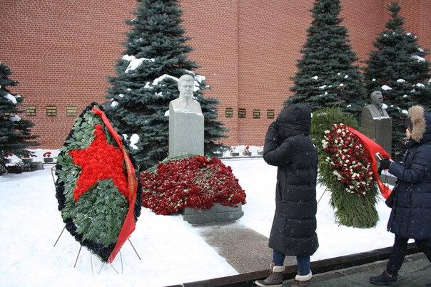 За его могилкой ухаживают и обновляют венки. Это 10 марта, а не какое-то там предверье девятого мая или 18 декабря (День рождения).