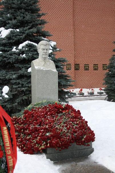 Ну и Сталин, конечно. Все эти могилы с памятниками — захоронения с телами. На фоне видно захоронения Осипенко, например — это прах прямо в стене.
