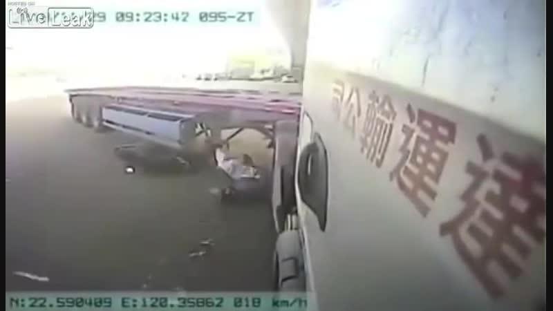 Скутер влетел под фуру