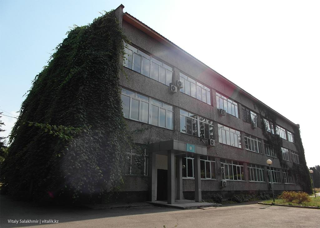 Растения на административном здании Ботанического сада Алматы 2018