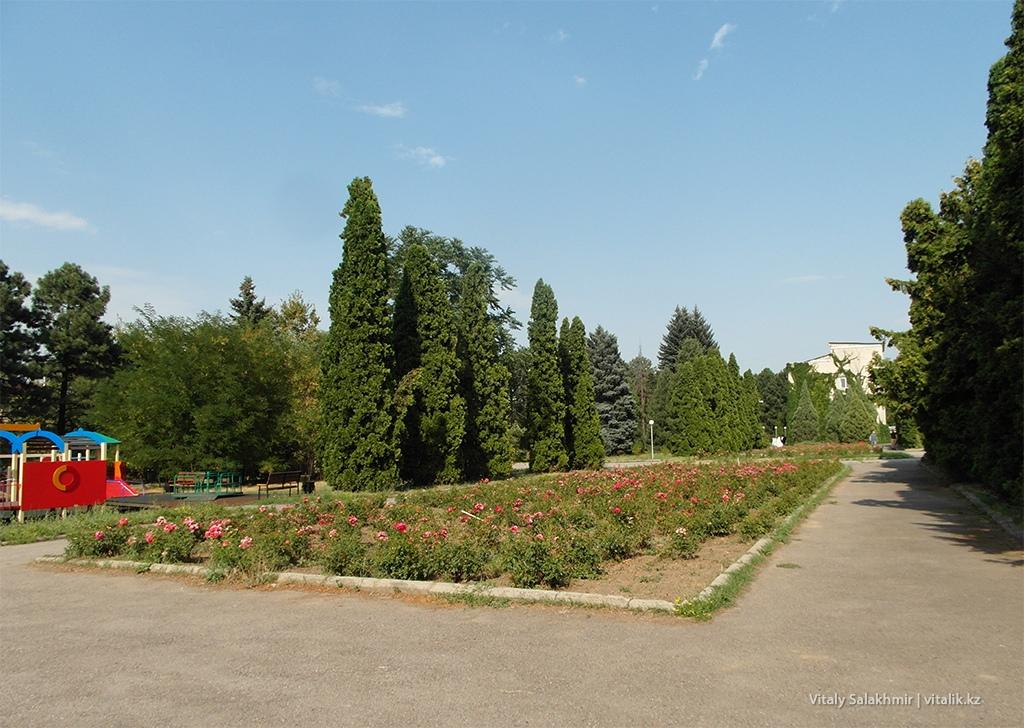 Цветник в Ботаническом саду Алматы 2018
