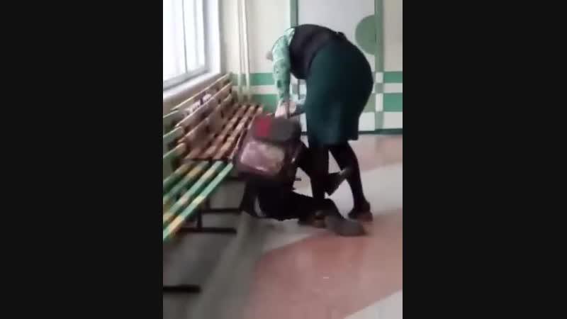 Учительница избила ребенка в коридоре школы за плохое поведение