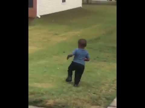 O menino que correu por sua vida ao achar que seria mordido
