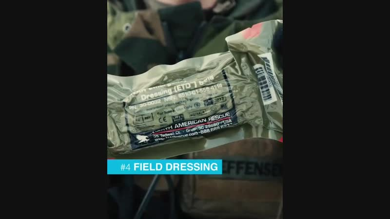 Содержимое аптечки показывает боец из Королевской Гвардии