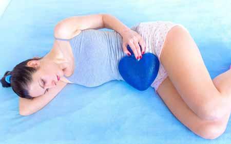 Кисты яичников могут вызвать боль в спине и животе.