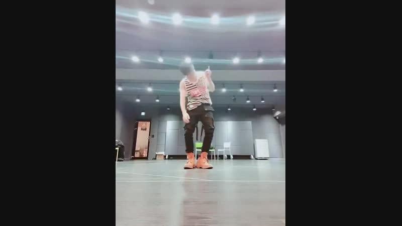 [현오] 20181214 현오 프리스타일 댄스 놀이 안녕하세요 디아나! 요즘 아무 노래 틀어놓고 프리스타일 댄스 추는 게 재미있어서 달 밤에 한 번 찍어봤어요! Dance is my life.. ㅋㅋㅋㅋ - 달밤댄스 우리디아나 사