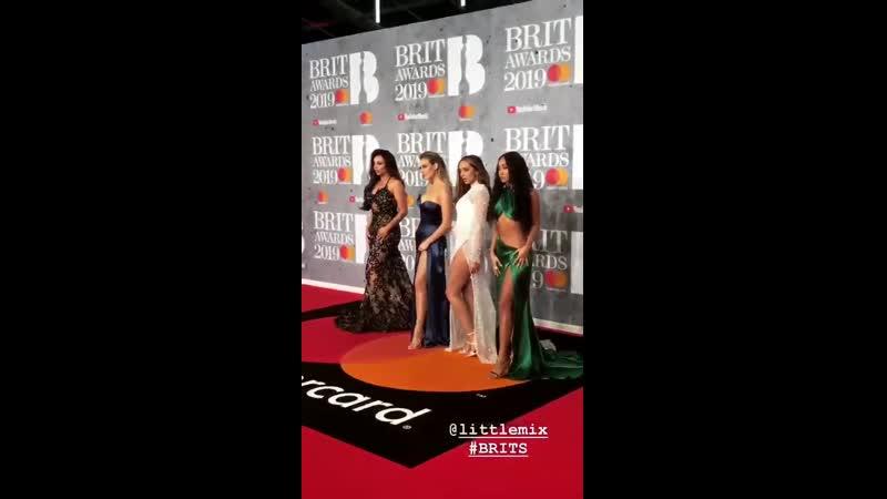 VIDEO les filles sur le tapis rouge des brits ce soir