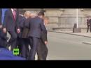 Juncker se tambalea y está a punto de caer varias veces durante el encuentro de la