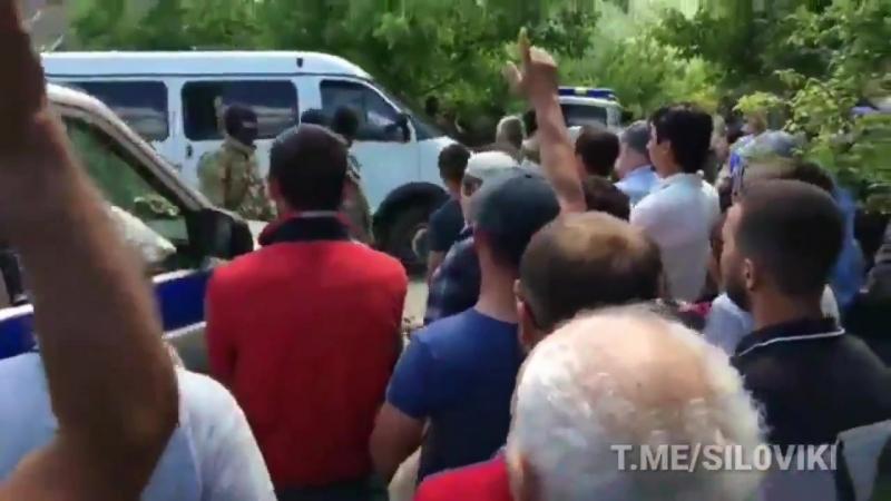 Крымские татары в Бахчисарае провожают задержанного за терроризм хизбутчика.