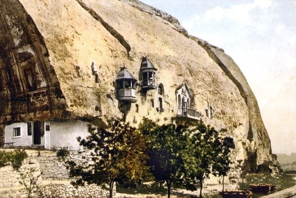 Пещерный храм . В Крыму .