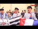 Французские фанаты встречают свою команду с живым петухом. 20 июня 2018 года.