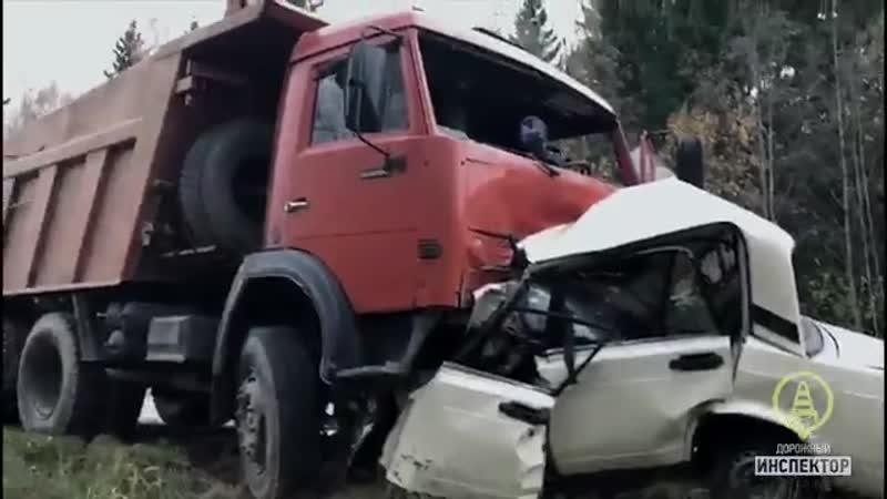 «КАМАЗ» ополовинил «Жигули» на трассе под Петербургом