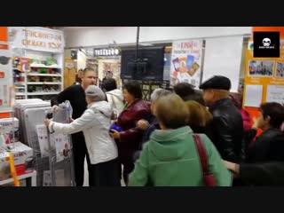 Жители Оренбурга устроили потасовку в одном из местных супермаркетов, объявившем скидки на сушилки для белья