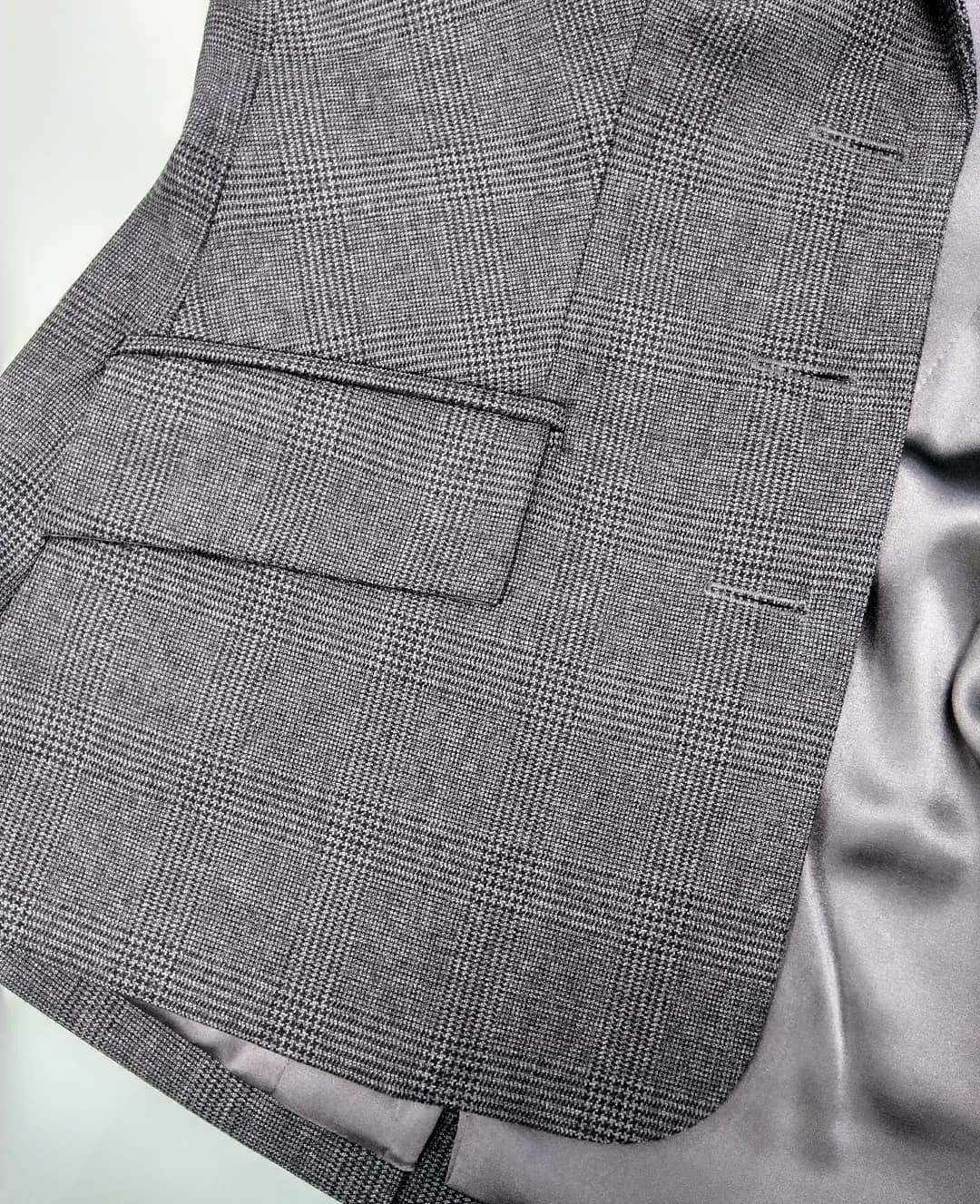 Костюмная ткань Burberry, шелковый подклад и обтянутые кожей пуговицы
