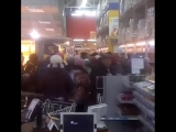 В рязанском гипермаркете «Лента» покупатели спешили за дешевыми яйцами, из-за чего образовалась давка. Видео с соответствующим к
