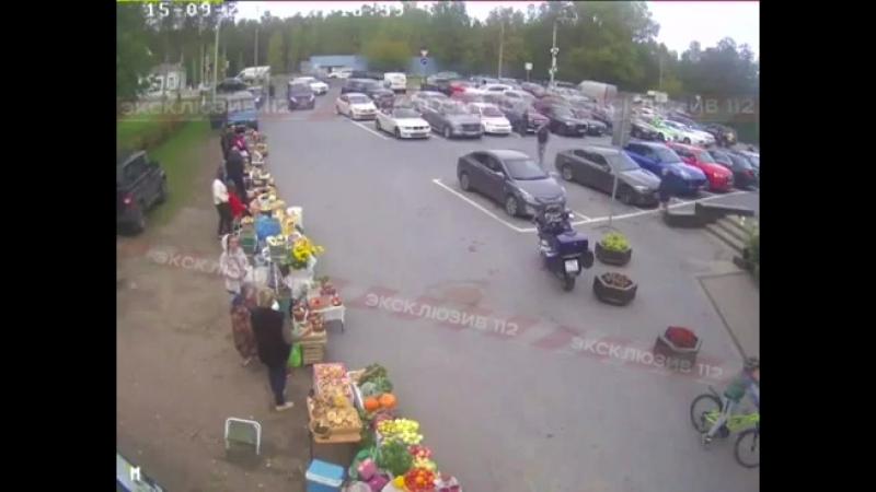 Камеры видеонаблюдения тяжёлый Infinity QX80 на полном ходу сбивает пенсионерку, а затем проломив стену влетает в супермаркет.