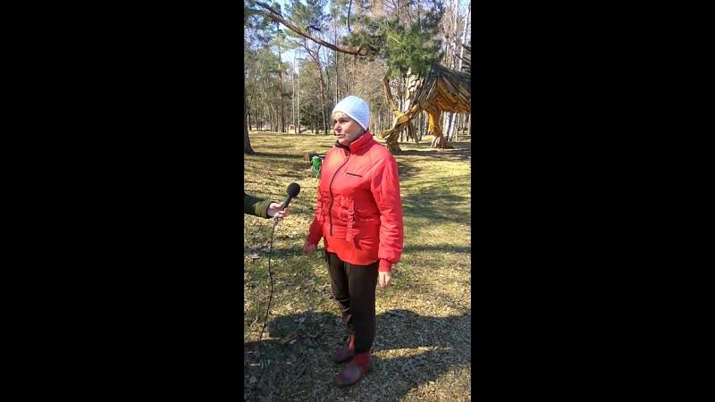 Работница парка рассказывает о зимовке лебедей