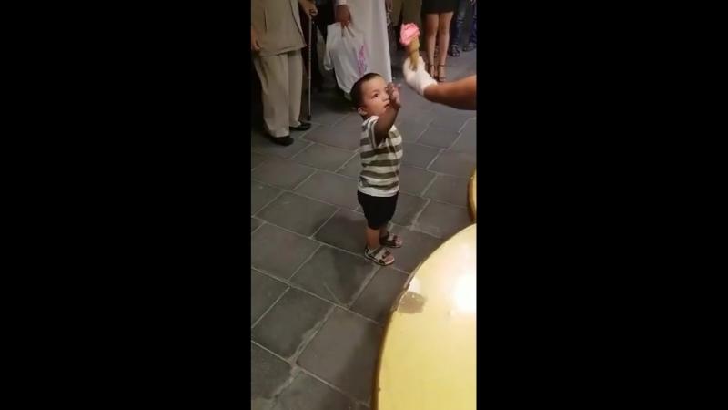Веселый мороженщик и ребенок
