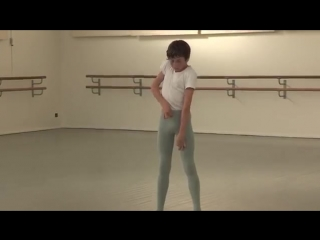 Мальчик в колготках показывает как надо одевать брюки
