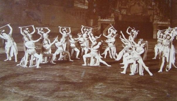 КОГДА ПРИЕХАЛ ЦИРК В начале прошлого века киевляне наслаждались великолепными мастерски устроенными зрелищами. Лучшие дрессировщики, акробаты, фокусники и клоуны стремились в город на гастроли,