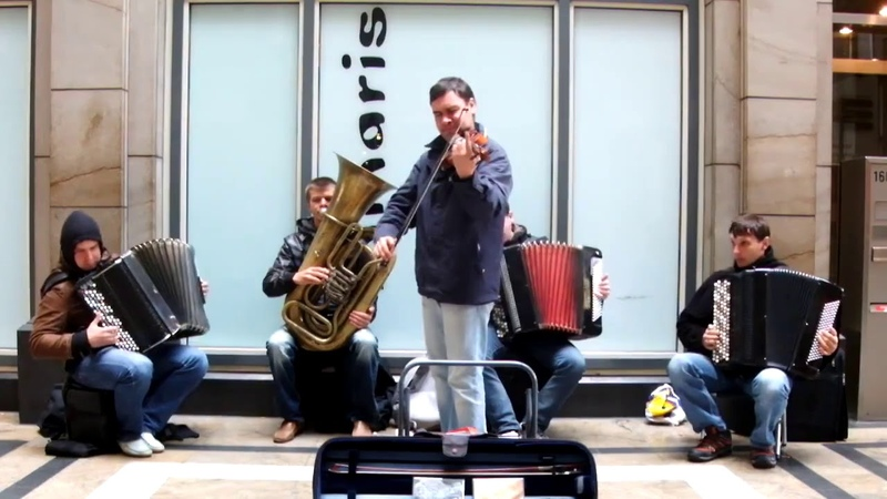 Beautiful play. Bach - Toccata and Fugue Cover Street Performers - The Compatible