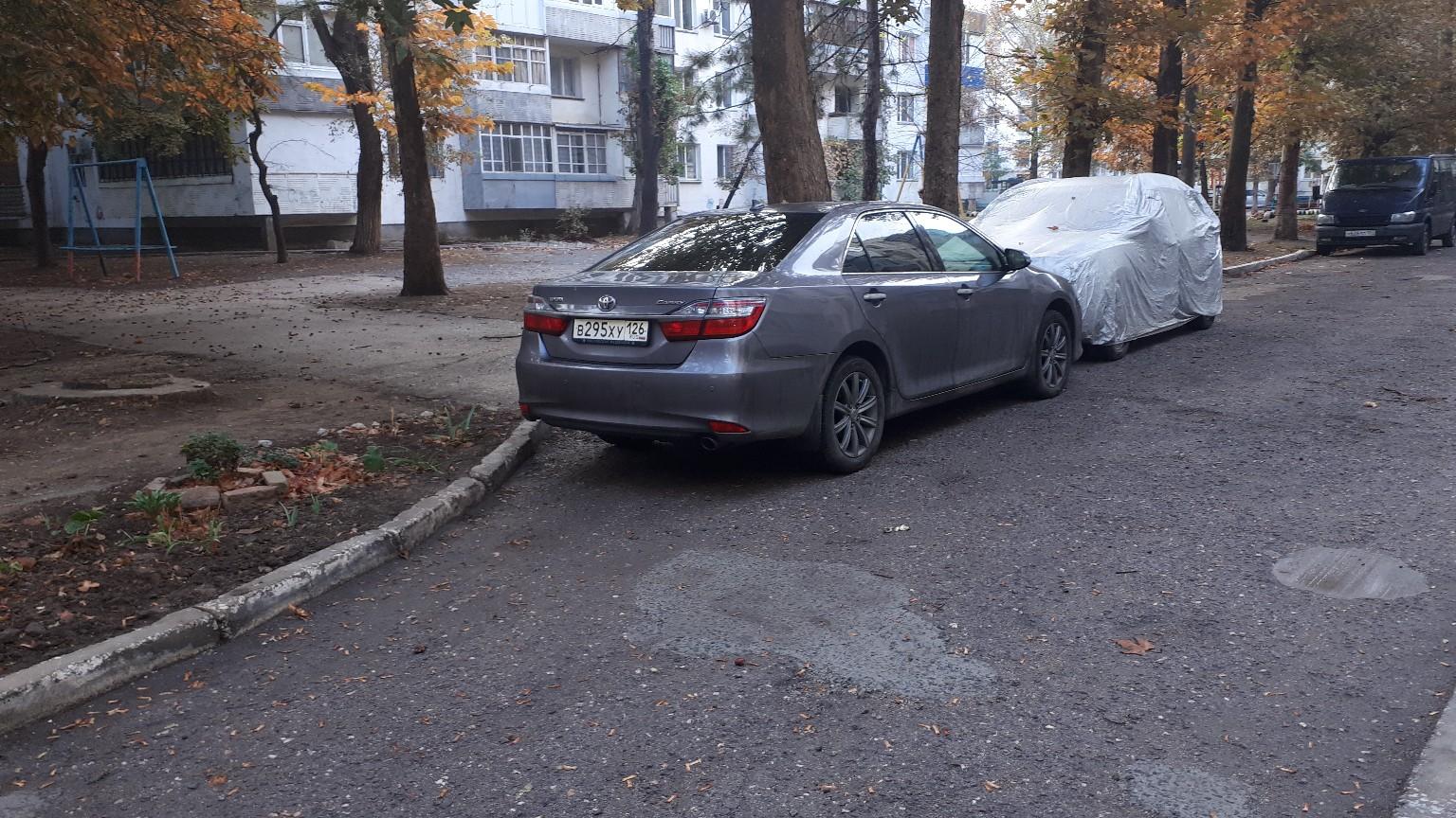 Не пройти не проехать, машины перекрыли незаконно дорогу
