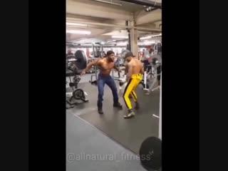 Strength of Body. Атлет занимается в условиях набивания, когда он делает упражнение, а друг бьет его по мышцам