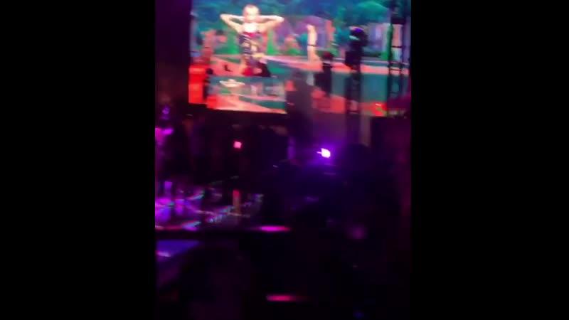 13 апреля 2019: Стелла на вечеринке Moschino x Sims в рамках фестиваля Коачелла, Палм-Спрингс.