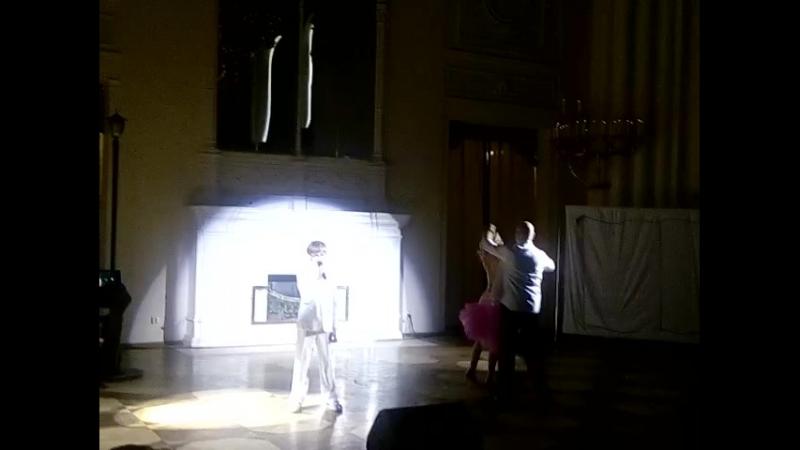 Миша Вердиш вчера пел в Мраморном дворце.