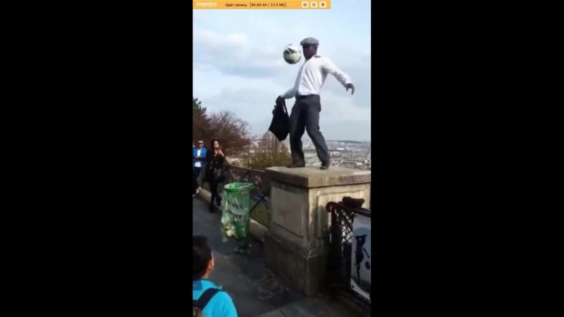 Футболист-жонглер с мячом