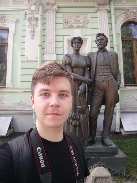 На фоне памятника Церетелли  1 июня 2018