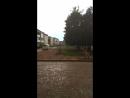 Рамзи бежит под крышу от дождя