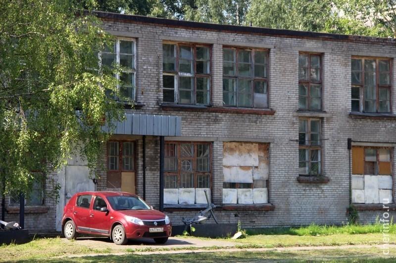 Областной бюджет выделил полтора миллиона рублей наремонт кровли изамену окон вмастерских многопрофильного колледжа наулице Гоголя.