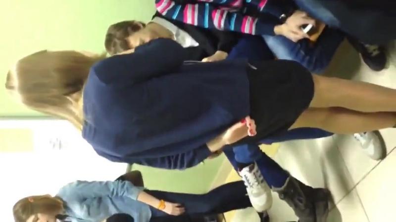 Одноклассник задрал юбку однокласснице школьнице и показал всем трусики в колготках