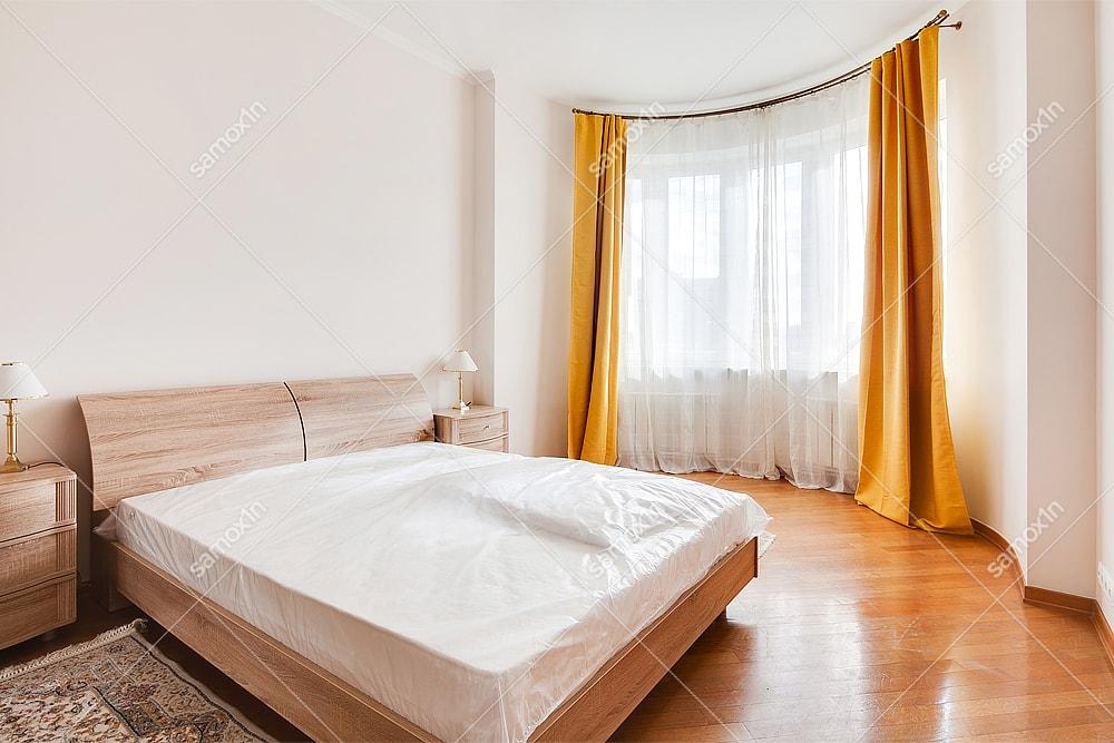 спальня с жёлтыми шторами и эркером