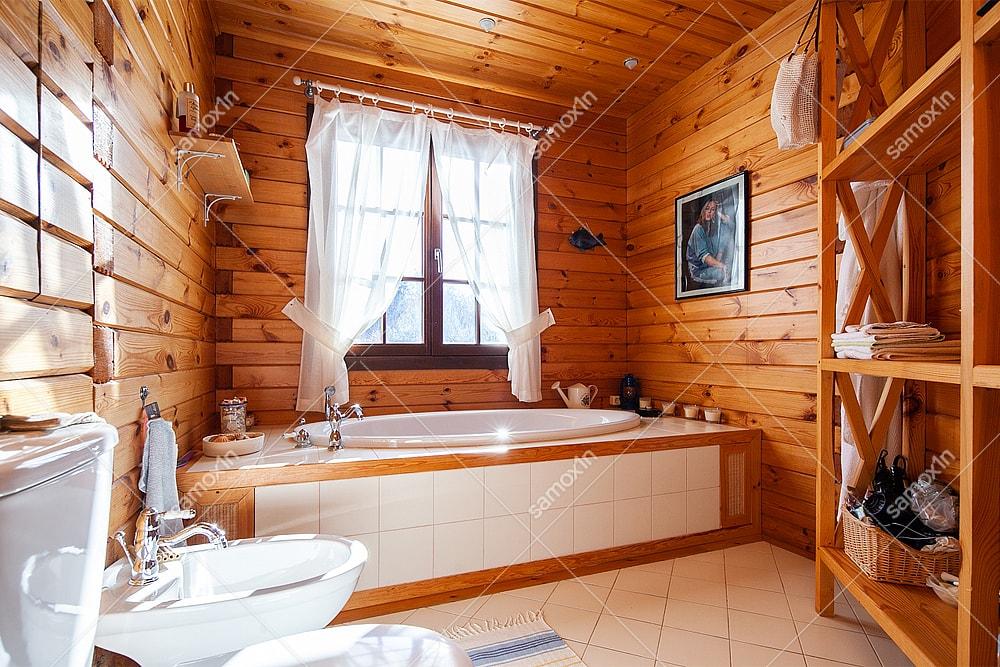 ванная у окна в загородном доме