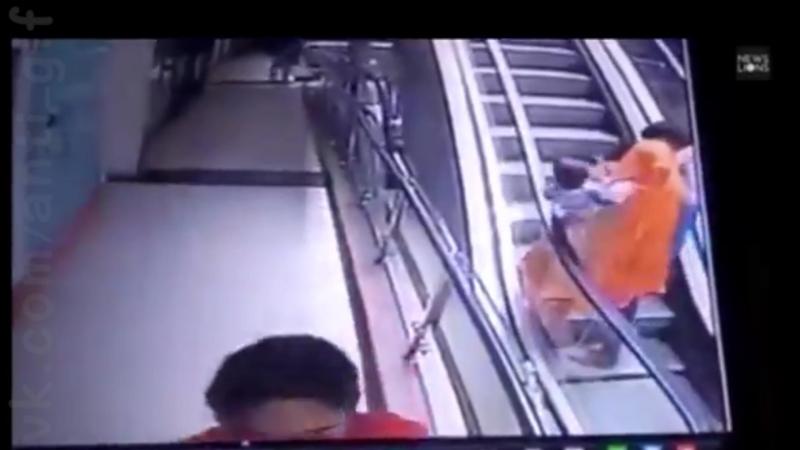 ребенок выпал из рук матери на эскалаторе в торговом центре