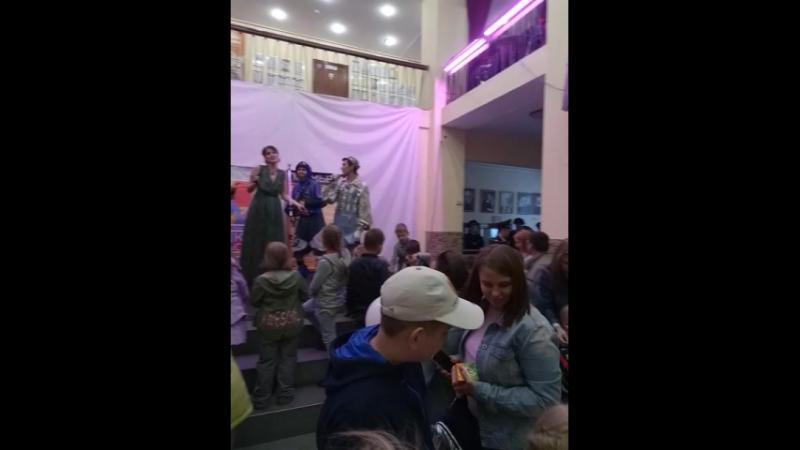 В нашем театре праздник День защиты детей Поют актеры нашего театра в фойе после спектакля Белоснежка и 7 гномов 1июня2018