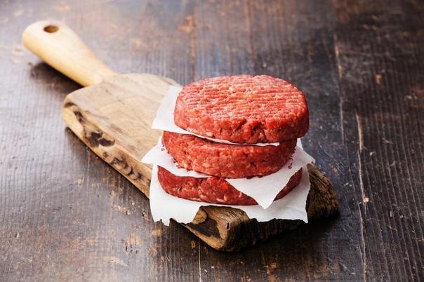 Как приготовить котлету для бургера Классическое блюдо американской кухни на первый взгляд очень легко готовится. Но все же во всех процессах есть определенные правила, от соблюдения которых