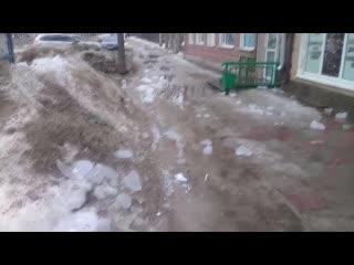 В Дзержинске с крыши дома упала сосулька