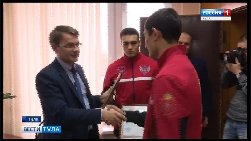 Дмитрий Яковлев награждает призёров чемпионата России по боксу Павла Фёдорова и Даниэля Лутая