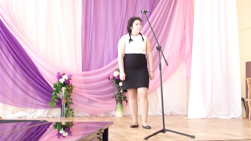 735 Представление жюри и первой на сцену поднимается Алина Фатеева. Вешкельская СОШ