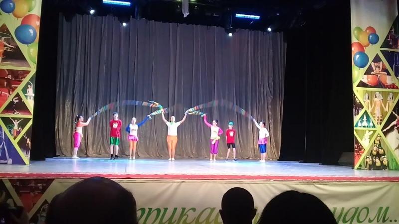 Акробаты с скакалками