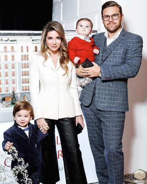 Галина Юдашкина с сыновьями и супругом