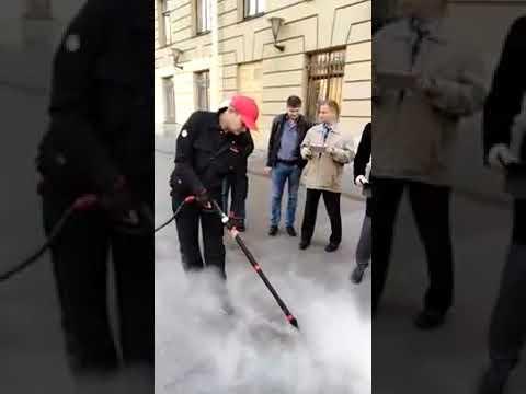 Удаление жевательной резинки у метро. Санкт Петербург