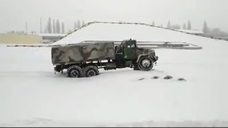 КрАЗ-6322 долає снігові перешкоди на полігоні