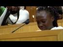 Une petite fille en pleurs dénonce les bavures policières contre les Noirs à