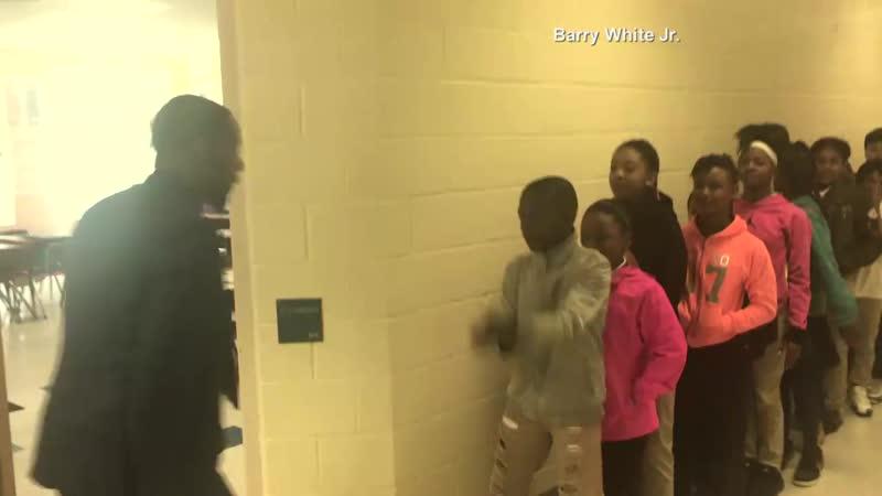 Учитель английского языка в Северной Каролине имеет персонализированное рукопожатие для каждого из своих студентов