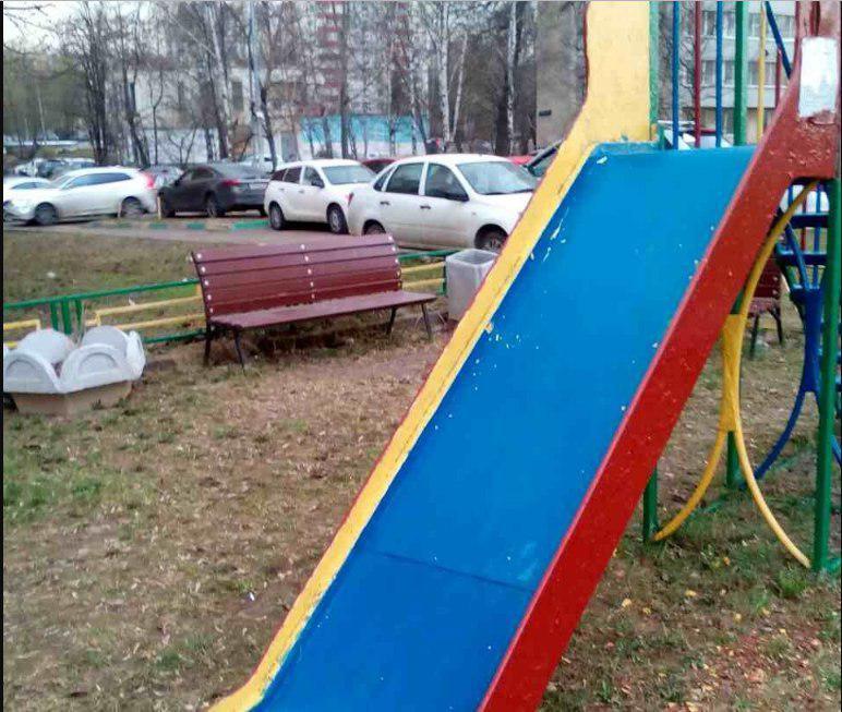 Детскую горку отремонтировали во дворе на Зеленоградской